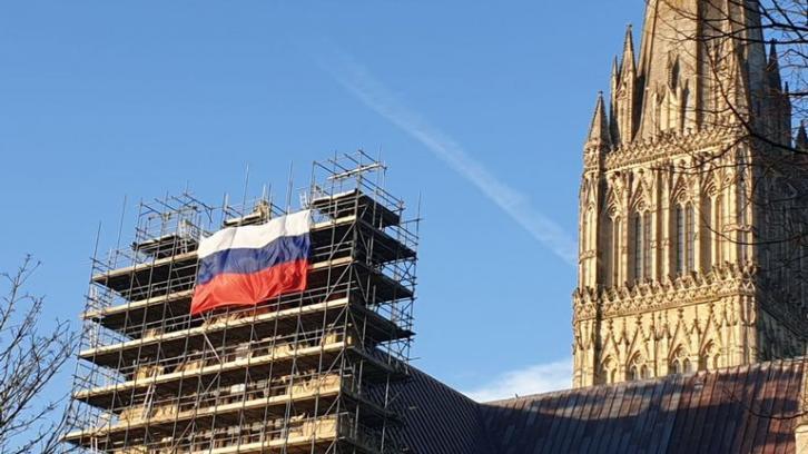Российский флаг появился на стене собора в Солсбери
