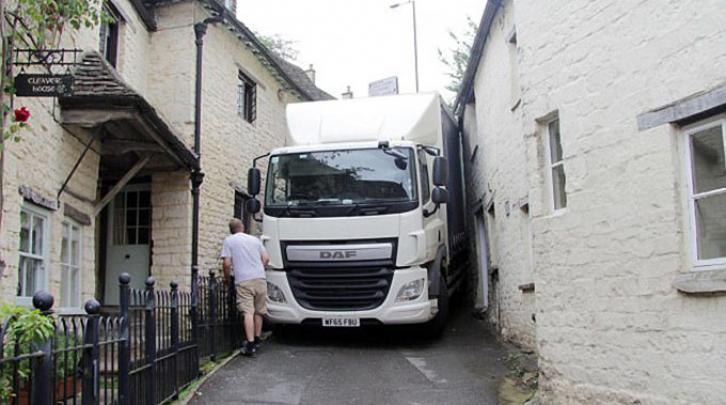 В Великобритании между домами застрял грузовик с сахаром
