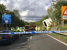 Шоссе М25 встало в пробке из-за завалившегося автобуса