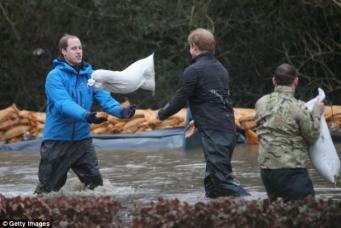 Принцы Гарри и Уильям помогают в местах затоплений