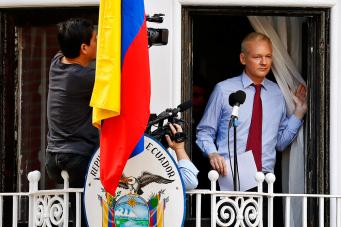 Джулиан Ассандж на балконе посольства Эквадора