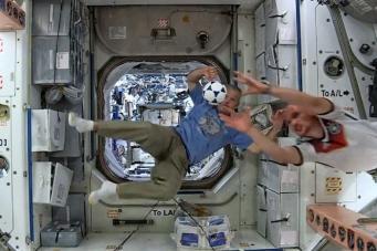 Астронавты США на борту МКС проиграли спорт и побрились наголо
