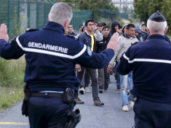 полицейские и мигранты в Кале