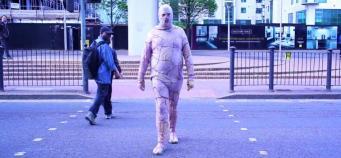 Человек в костюме из куриной кожи