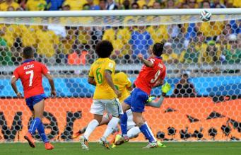 Чилиец Маурисио Пинилья бьет в перекладину сборной Бразилии