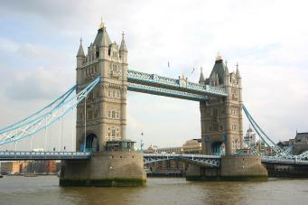 В Лондоне экскурсионный корабль  врезался в Тауэрский мост