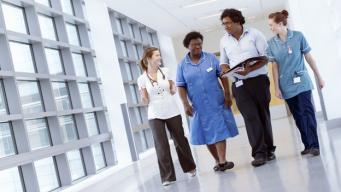 врачи бесплатной больницы в Англии