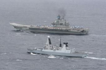 Патрульный корабль HMS Dragon сопровождает российский корабль