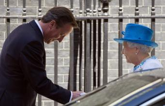 Британский премьер-министр Дэвид Кэмерон и королева Елизавета II