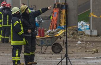 Пожарные на месте взрыва в Латвии