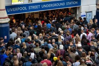 давка у входа в метро