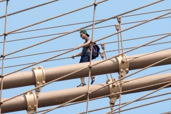 Человек на Бруклинском мосту