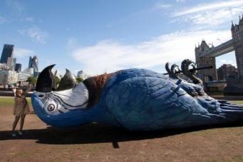 Скульптура мертвого попугая в Лондоне