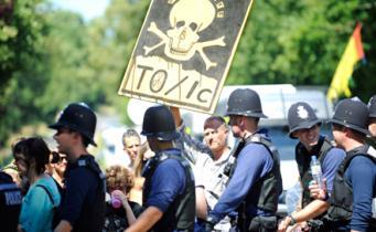Протестующие против разработок сланцевого газа в Великобритании