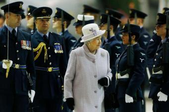 королева Елизавета принимает парад