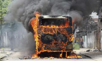 горит школьный автобус с детьми