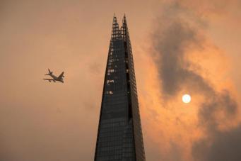 небоскреб Shard на фоне смога фото:standard.co.uk