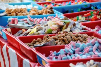 лотки со сладостями