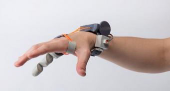 Британская студентка разработала шестой палец для руки, управляемый ногой