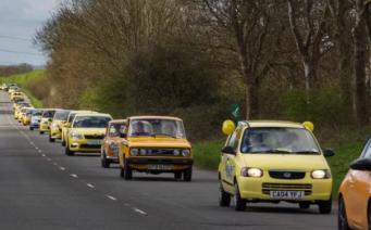 Владельцы желтых машин устроили необычный флэшмоб в Котсуолдсе фото:telegraph.co.uk