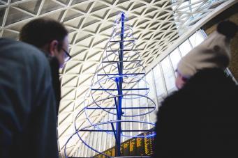 На вокзале King`s Cross установили рождественскую елку для геймеров