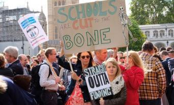 Сокращение бюджетного финансирования подрывает среднее образование в Англии