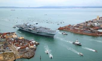Флагманский авианосец британского флота дал течь
