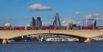 Велосипедист спровоцировал задержку автобусов в Лондоне в час пик