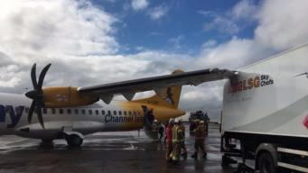 Самолет столкнулся с грузовиком в аэропорту Манчестера фото:itv