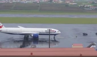 Пилот British Airways высадил скандальных пассажиров на удаленной авиабазе в Португалии фото:youtube