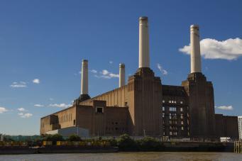 На знаменитой лондонской электростанции заново построены трубы