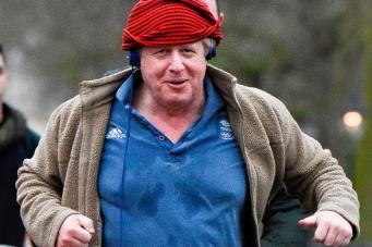Борис Джонсон продемонстрировал неподражаемый стиль в одежде на пробежке в Лондоне фото:mirror.co.uk