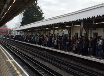 Сход поезда метро с рельсов спровоцировал сбой графика движения на линии Central