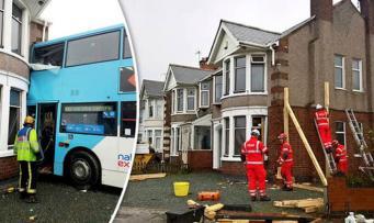 Двухэтажный автобус врезался в дом в Ковентри