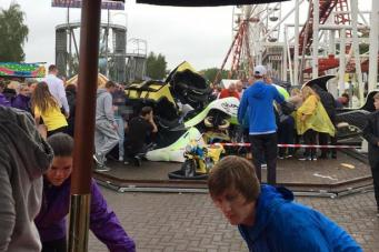 Поезд «американских горок» разбился в парке аттракционов в Шотландии фото:mirror.co.uk