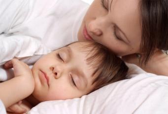 У британки отобрали двух маленьких детей за то, что они спали вместе с ней
