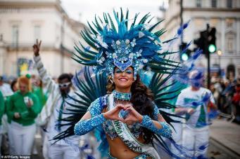 По улицам Лондона прошел красочный Новогодний карнавал