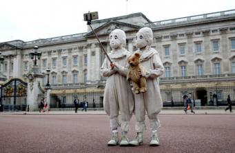 Странные близнецы удивили пантомимой пассажиров лондонского метро фото:londonist.com