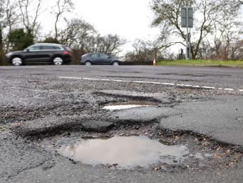 Королевский Автоклуб заявил о рекордном числе ям на дорогах Великобритании