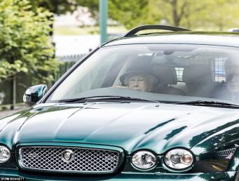 Королева Елизавета замечена за рулем автомобиля по дороге в церковь фото:dailymail
