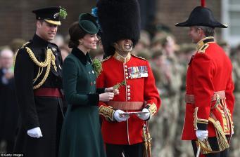 Герцогиня Кейт раздала букеты клевера гвардейцам Ирландского полка фото:dailymail.co.uk