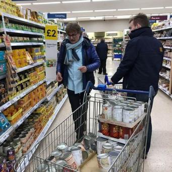 Tesco отказался продать консервы на крупную сумму волонтерам в Лондоне фото:mirror.co.uk