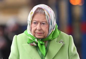 Королева Елизавета II вернулась из Сандрингема в Лондон на поезде фото:dailymail.co.uk