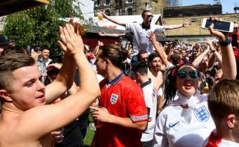 Футбольные фанаты заблокировали движение в центре Лондона после победы сборной