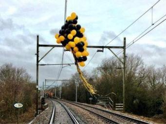 Связки воздушных шаров стали проблемой для британских железных дорог