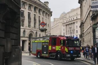 Движение поездов DLR в центре Лондона приостановлено из-за возгорания на путях