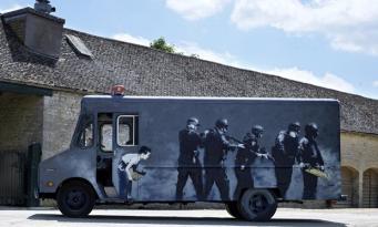 Фургон с двумя картинами Бэнкси выставлен на аукционные торги в Лондоне фото:theguardian.com