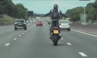Байкер получил реальный тюремный срок за опасные трюки на шоссе в Стаффордшире