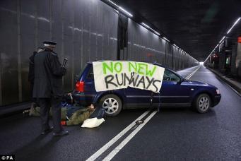 Туннель возле аэропорта Хитроу был заблокирован лежачей забастовкой фото:dailymail.co.uk