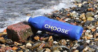 Британец создал бутылку, которая разлагается в воде всего за три недели